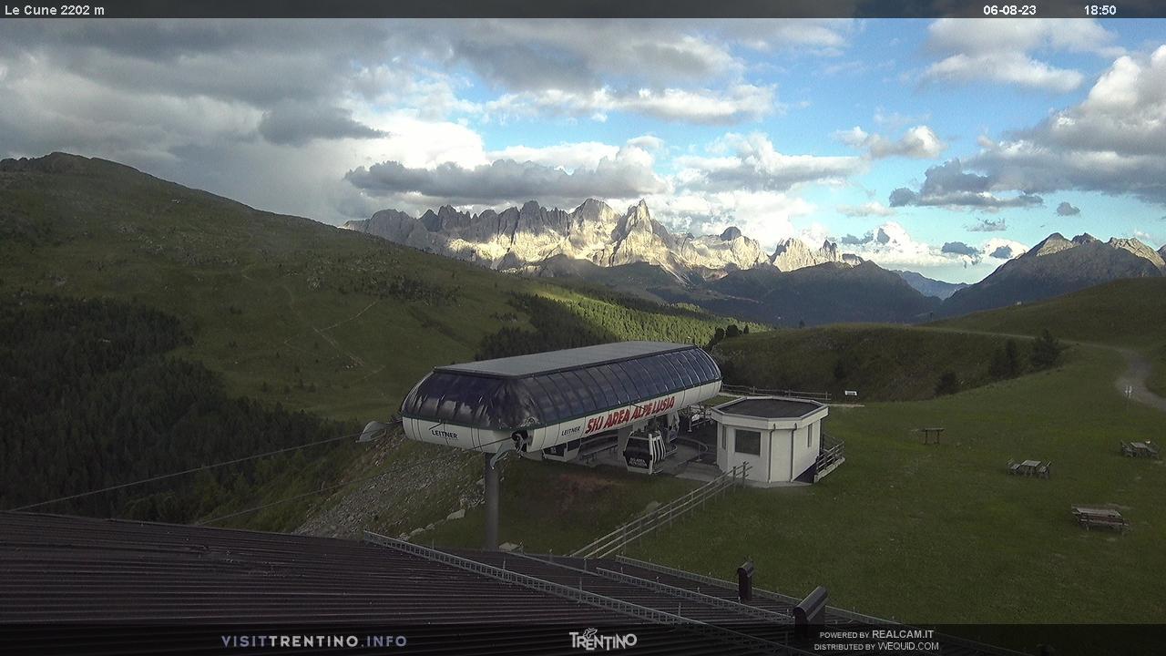 Webcam Moena - Lusia - Höhenlage: 2.210 mPosition: Le CuneAussichtspunkt: statische Webcam. Ankunftder Gondelbahn Valbona-Le Cune (2. Station). Die Pisten