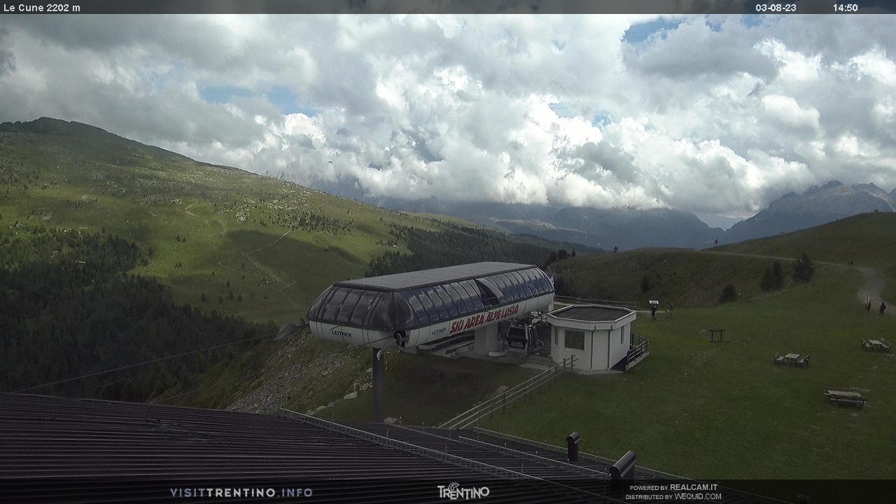 Webcam Moena - Lusia - Le Cune - Altitudine: 2.210 metriPosizione: Le CunePunto Panoramico: webcam statica. Arrivo telecabina Valbona-Le Cune (secondo tronco). Le piste