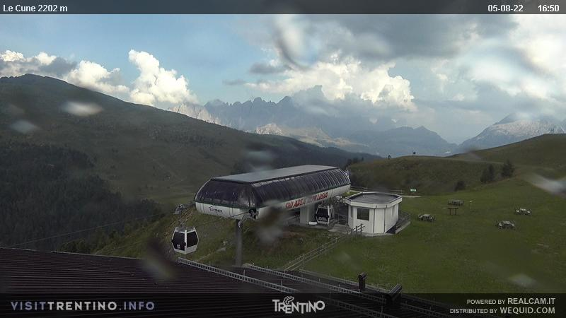 Webcam Moena - Lusia - Le Cune - Altitude: 2,210 metresArea: Le CunePanoramic viewpoint: static webcam. Upstream station of the Valbona-Le Cune cabin lift (second trunk). The slopes