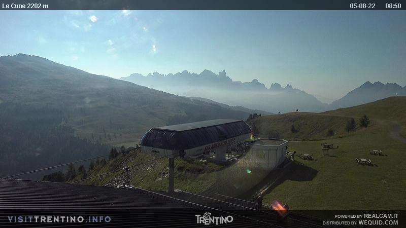Webcam Moena - Lusia - Le Cune - Altitude: 2.210 metres<BR>Area: Le Cune<BR>Panoramic viewpoint: Valbona-Le Cune cable car arrival. The slopes