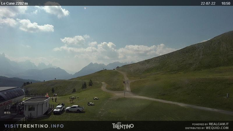 Webcam Moena - Alpe Lusia - Le Cune - Altitude: 2,210 metresArea: Le CunePanoramic viewpoint: interactive webcam. Upstream station of the Valbona-Le Cune cabin lift (second trunk). The slopes