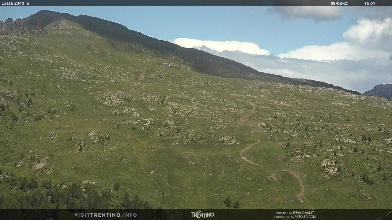 Webcam Moena - Lusia - Lastè - Altitudine: 2.210 metriPosizione: Le CunePunto Panoramico: webcam statica. Panorama verso le piste da sci e la seggiovia, che da Bellamonte sale lungo il versante del Lastè a quota 2.330 metri. Due piste rosse scendono verso la località