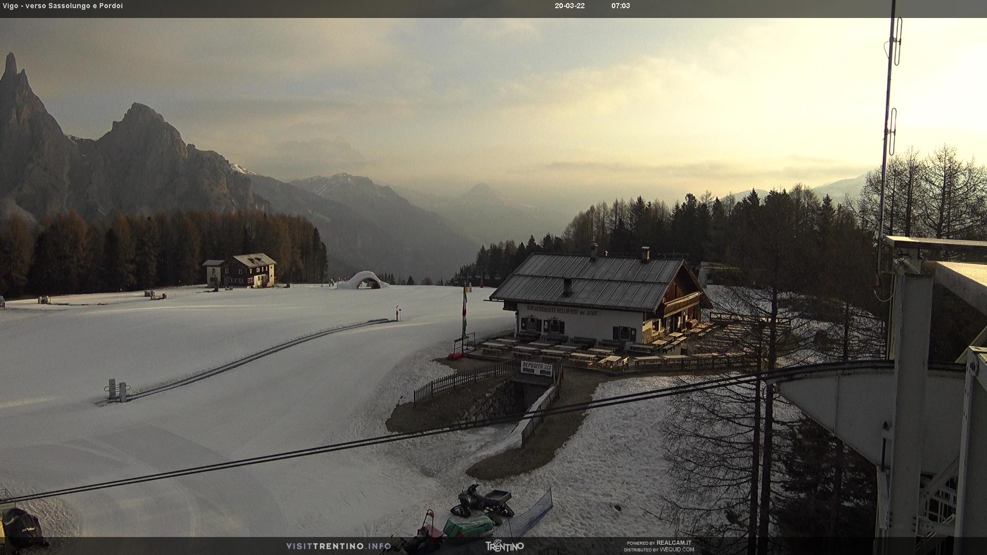 Webcam Vigo di Fassa - Catinaccio - Towards Sassolungo and Sass Pordoi - Altitude: 1,997 metresArea: Ciampedìe Panoramic viewpoint: static webcam. Kinderpark Ciampedie and