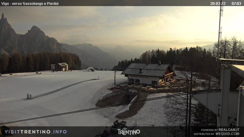 Webcam Vigo di Fassa - Catinaccio - Towards Sassolungo and Sass Pordoi - Altitude: 1.997 metresArea: Ciampedìe Panoramic viewpoint: Kinderpark Ciampedie and