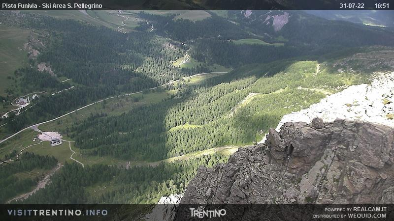Webcam Passo San Pellegrino - Col Margherita slope - Altitude: 2,513 metresArea: Col MargheritaPanoramic viewpoint: static webcam. From the uphill station of the cable car, in the ski area Alpe Lusia - San Pellegrino, in direction of the ski slopes, that from Col Margherita run till to San Pellegrino Pass.