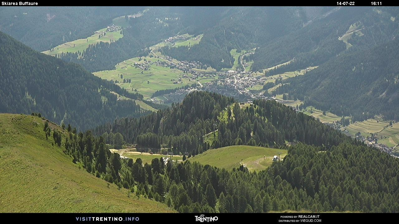 Webcam Pozza di Fassa - Buffaure Lifte - Höhenlage: 2.354 mPosition: Col de Valvacin Aussichtspunkt: statische Webcam. Panoraaufnahme vom Col de Valvacin in Richtung Bergstation der Kabinenbahn Buffaure. Im Hintergrund kann man die Skipiste Aloch (Nachtskifahren möglich) und das DorfPozza di Fassa erblicken.