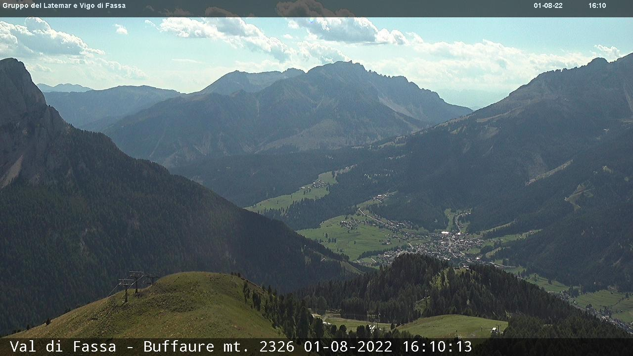 Webcam Pozza di Fassa - Buffaure - Altitude: 2,354 metresArea: Col de Valvacin Panoramic viewpoint: static webcam. View from Buffaure over Vigo di Fassa. From here you can see the main road from Vigo to Costalunga Pass. In the background Latemar (on the left) and Catinaccio (on the right) with the Thöni ski slope that ...