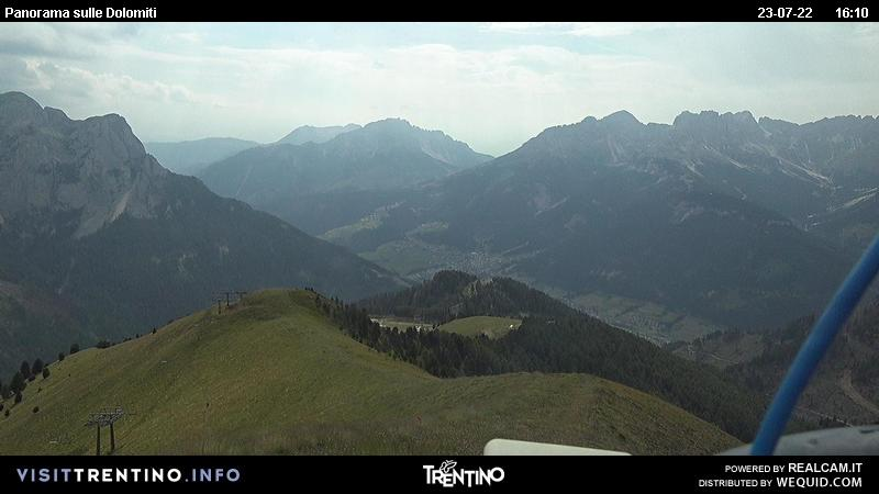 Webcam Pozza di Fassa - Buffaure - Panorama towards Vigo - Altitude: 2,354 metresArea: Col de Valvacin Panoramic viewpoint: static webcam. View from Buffaure towards Vigo di Fassa. From here you can see the main road from Vigo to Costalunga Pass and Carezza Lake. Latemar (on the left) and Catinaccio (on the right) in the background.
