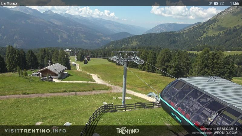 Webcam Moena - Lusia - Castelir downstream station - Altitude: 1,550 metresArea: CastelirPanoramic viewpoint: static webcam. Castelir-Fassane-La Morea cableway departure. The old chair lifts Castelir-Fassane and Fassane-Morea have been replaced by a modern cabin lift, inaugurated in 2016, with intermediate station at 1,800 metres. ...