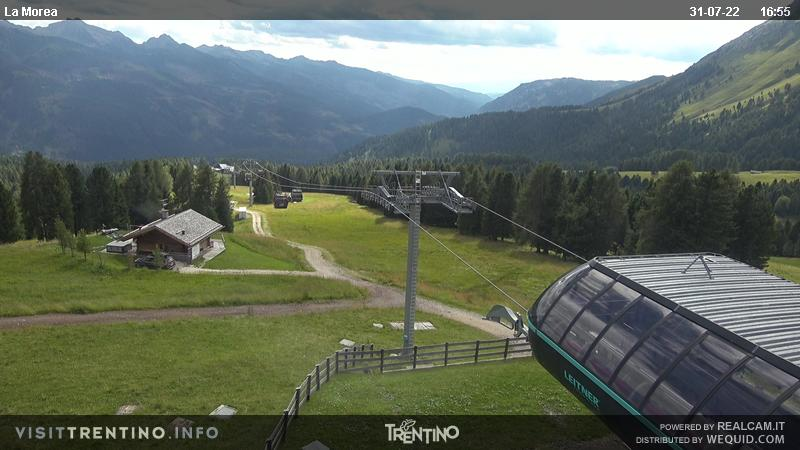 Webcam Moena - Lusia - Castelir upstream station - Altitude: 1,970 metresArea: CastelirPanoramic viewpoint: static webcam. Castelir-Fassane-La Morea cableway departure. The old chair lifts Castelir-Fassane and Fassane-Morea have been replaced by a modern cabin lift, inaugurated in 2016, with intermediate station at 1,800 metres. ...