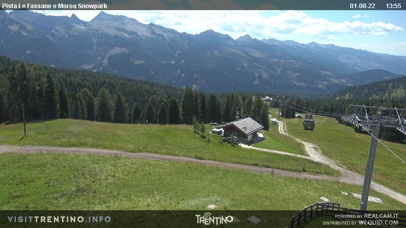 Webcam Moena - Lusia - Castelir - Altitude: 1,550 metresArea: CastelirPanoramic viewpoint: static webcam. Castelir-Fassane-La Morea cableway departure. The old chair lifts Castelir-Fassane and Fassane-Morea have been replaced by a modern cabin lift, inaugurated in 2016, with intermediate station at 1,800 ...