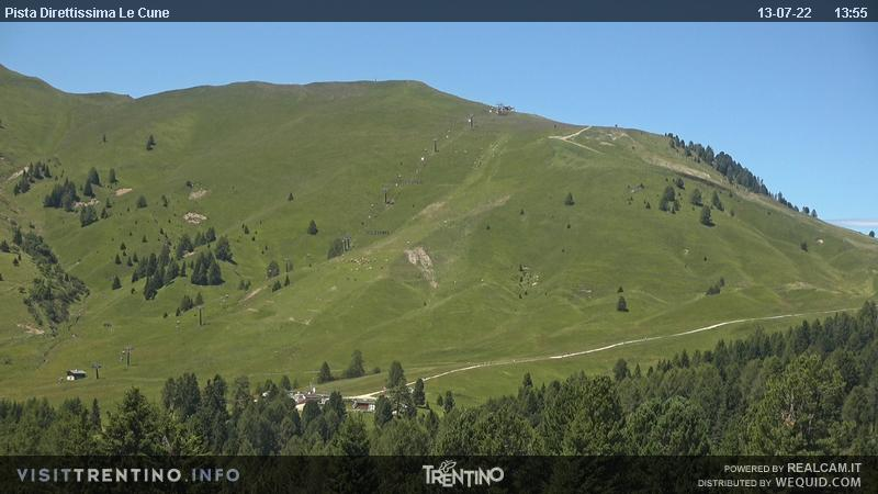 Webcam Moena - Lusia - Castelir Bellamonte - Altitude: 1,550 metresArea: CastelirPanoramic viewpoint: static webcam. The slopes in the area are ideal for skiers of any tipe, from beginners to pros. Ski slope nursery, kindergarten on snow, tobbogan run, snowpark and boardercross. A groomed trail leads from the ...