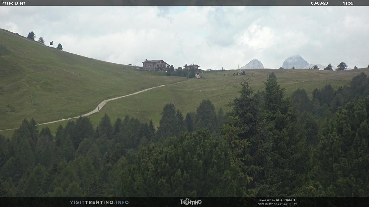 Webcam Moena - Lusia - Dolomitica Piste - Höhenlage:1.550 mPosition:CastelirAussichtspunkt:statische Webcam. Die Pisten auf der Castelir-Bellamonte Seite sind meistens sehr leicht, breit und in sonniger Lage. Sie sind ideal für Anfänger und Familien. Skischul-Übungshäng, Kinderheim auf Schnee, ...