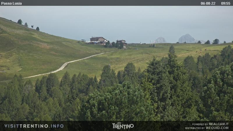 Webcam Moena - Lusia - Dolomitica slope - Altitude: 1,550 metresArea: CastelirPanoramic viewpoint: the slopes in the area are ideal for skiers of any kind, from beginners to pros. Ski slope nursery, kindergarten on snow, tobbogan run, snowpark and boardercross. A groomed trail leads from the resort